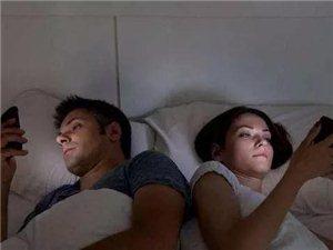 """�L期在睡前玩手�C的人,用不了多久,�@3��""""痛苦""""或�S��落你身上"""