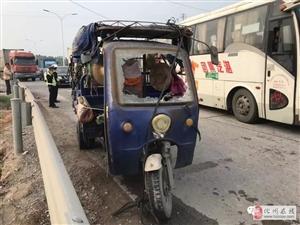 茂名这个路口发生一起交通事故,一台搅拌车和一辆三轮车碰撞