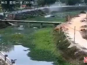 化州一小车冲入河涌,监控拍下惊险一幕!