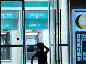 突发!化州凤泉路口中年妇女拿砖头疯砸银行机?什么情况?