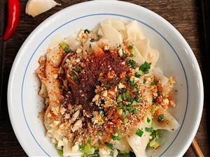 【美食分享】饺子皮油泼面:吃剩的饺子皮别扔,这样做,好吃到哭了