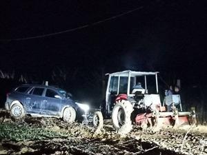 平邑一私家车陷入泥沼地,村民开拖拉机施救