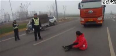 宿州:女子路中撒泼耍横头顶交警被拘留