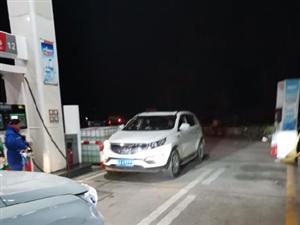 黄冈私家车主在大冶服务区加油站插队,耽误路人行程