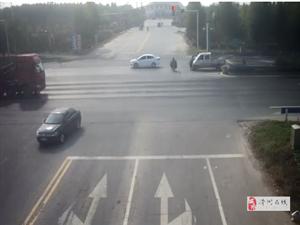 滑县两人骑电动车无视红灯,直接被撞飞~