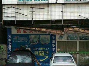 一场大雨就让化州这店铺门面装修尽毁?连小车都遭殃了!