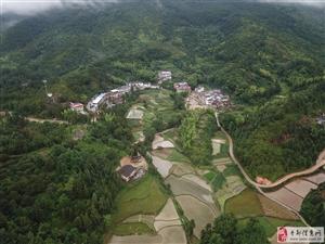 四面环山的小村落