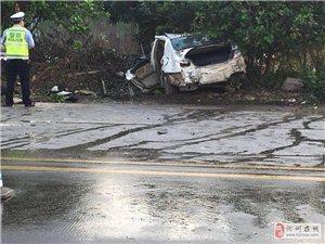 突发!化州东山一货车与小车相撞,小车损毁严重!