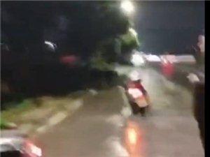 在化州石九塘路段发生的车祸,救护车抵达后医生检查已经证实摩托车主死亡…