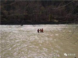 陇南一男子捡柴被困江中,公安消防紧急救援