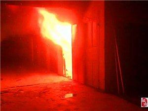 寻乌一车库凌晨突发大火,原因也许是电动车充电故障导致,消防员紧急救援!