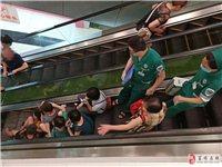 【爆料】千盛步行街电梯屡屡发生老人摔倒事件,令人担忧。