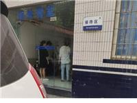 """【好惨】骑车遭遇""""高空抛水"""",富顺男子衣服惨变""""落汤鸡""""..."""