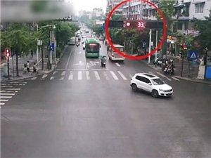 惊险!富顺一摩托车肆意闯红灯,危险至极!