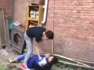 【网曝】震惊!自贡某中学一名男生遭拳打+脚踹+箍喉。
