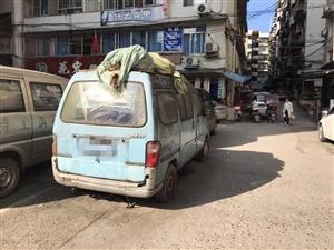 僵尸车?富顺住户反映:停车难,这车却占着车位大半年!