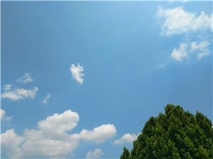 �m然云彩很好看,但是有火辣的太�就�@得不那么柔�了~