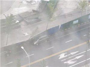 一阵超级大风过后,一阵大雨过后,这几辆车完了。