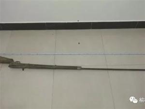 一男子将20多年前买的土枪藏在厕所被发现,已被采取刑事强制措施!