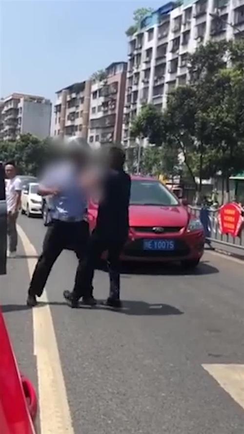 泸州龙南路口:疑似酒驾男子与交警发生激烈冲突
