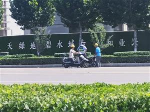 交警在百宁大道上查无证驾驶的摩托车呢,大家都注意点!
