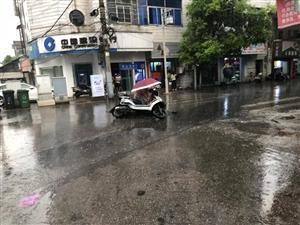 乐平一辆电动车因雨天路滑不慎摔倒在地