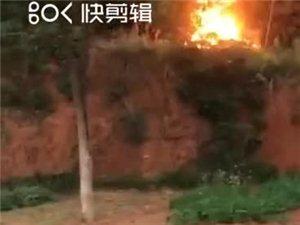 瑞启花园铁道口附近着火,现场目击者?#20174;?#26159;人为造成!