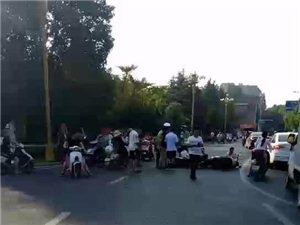 民肴故事附近街道两电动车相撞!