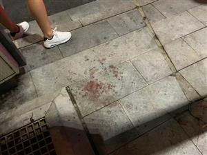 乐平嘉佰惠超市门口一个男子浑身是血的被抬上救护车。