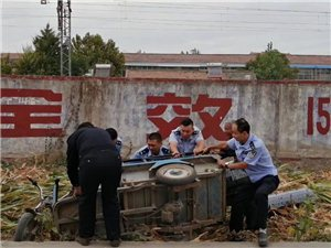 ��h:民警救助翻�老人