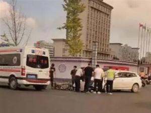 10月2日,阜��上海路上一摩托��c一汽�相撞