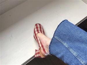 大冷天的���窠裉炷愦┑氖裁葱�?倔��的我�是穿的小�鲂�!