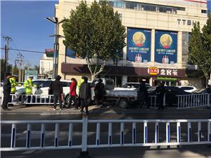 天泰路口,一小货车撞栏杆上了,路口的2小车也被撞了