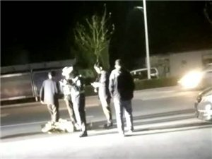 昨晚冀州金鸡大街幸福家园门口撞车了!一骑电车的横过马路把开车后轮给撞了