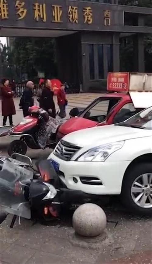 操作失误,泸州一小车冲上人行道撞坏石墩