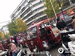 """双车道变单行,货摆路中间…汉中秋交会门口这条路""""瘫痪""""了!"""