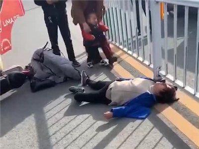 潢川南城发生一起交通事故,小巴与电瓶车相撞,女子倒地不省人事..