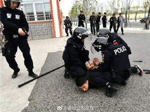 霍邱公安局开展校园防暴力袭击演练活动!