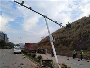 老表�大�T口附近路段一起交通事故