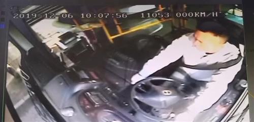 泸州司机背起女乘客就开跑!监控还原现场一幕