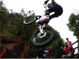 极限自行车手张家界攀爬竞技