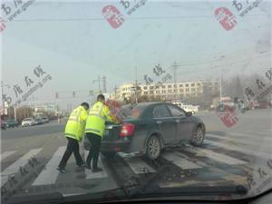 【暖心交警】十字路口车辆故障熄火,交警帮民众推车!
