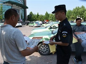 青州市公安局特警大队到汽车站开展反恐怖法宣传活动