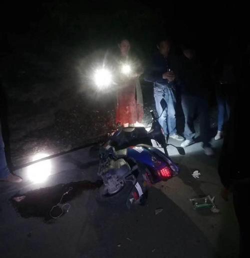 """512车祸紧急寻人:请今晚磨市高家岭摩托车事故伤者""""卢智翔""""的家属速与县人民医院联系"""