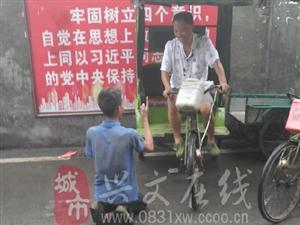 爆料:一个大男人跪在三轮车轮前面要钱,这和抢有什么区别。