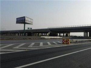 高速交警高阳大队及时清撤撒落钢板确保道路畅通