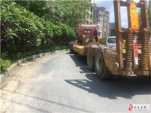 素质!一辆拖头停在转弯道上,把路口紧紧堵死