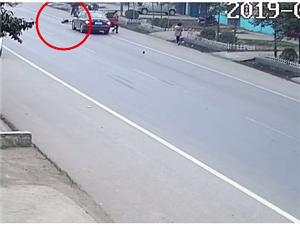 痛心!汝州五岁男童突然加速横穿马路惨遭车祸,父母哭瘫在地……