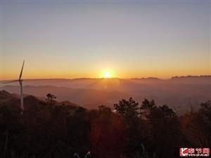 奉�金�P山的日出美如��