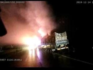 高速交警容城大��理一起大��高速著火的事故